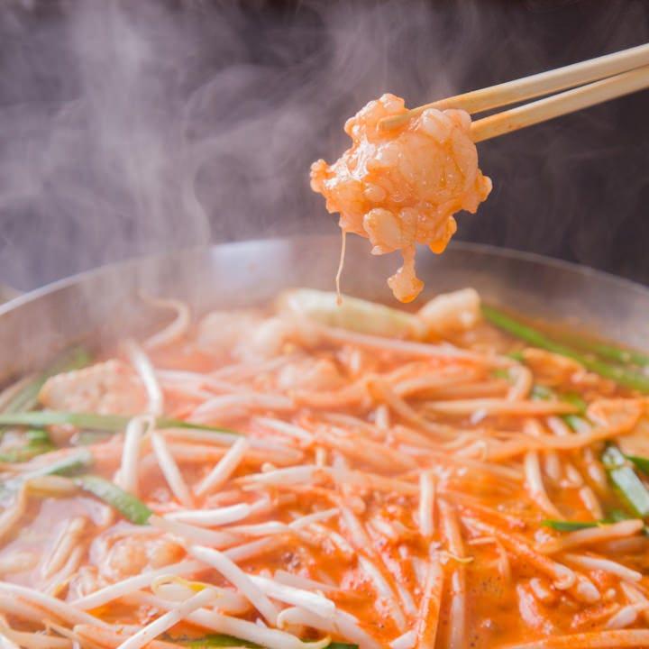 辛さが選べる「赤ホルモン鍋」は当店一番人気!お酒との相性も◎