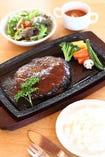 「明郷短角牛」の味わいが広がる贅沢なハンバーグ。