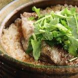 名物!季節の食材をふんだんに使用する「贅沢な土鍋ご飯」