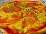 自家製生地のトマトとバジルのピザ