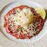 牛肉とペコリーノチーズのカルパッチョ