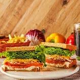 スモークサーモン&チェダーチーズサンドイッチ(ポテト・ソフトドリンク付)