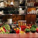 カウンター席の目の前には新鮮な野菜が並びます