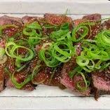 牛肉の炙り焼きや鉄板ピザなど単品メニューも充実!