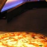 石窯で焼いた熱々のナポリ風ピッツァはパリパリともちもちです。