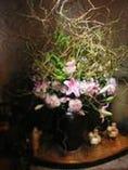 入り口には大きな生け花が・・・テーブルにも一輪づつ飾ってます