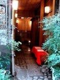 玄関は細い通路の奥。梅の木で染めた暖簾をくぐって店内へ。