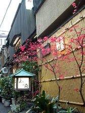 駅近の細い路地にたたずむ日本料理屋