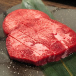 【厚切り牛タン塩】タンの旨味たっぷり、ジューシーな味わいです。