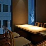 【大人の雰囲気】 掘りごたつのお席に落ち着いた照明。