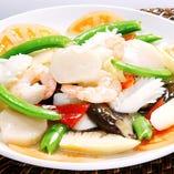 本格中華料理から年代物の紹興酒まで、料理の数々をどうぞ。