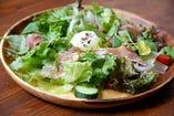 温泉卵と生ハムのサラダ