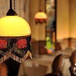 プチホテルのラウンジをイメージしたレストラン&バーフロア
