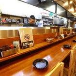 カウンターで食べる人情味あふれる店内、大人数でのご利用もOK!