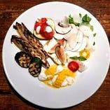 旬食材の盛り合わせが2皿も付くディナーコースが魅力的