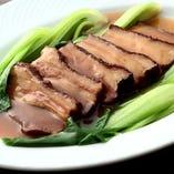 栄華楼自家製の柔らか豚バラ肉角煮