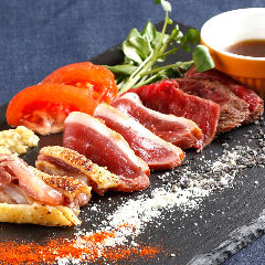 肉の炭火タタキ盛り 阿波牛、黒さつま鶏、炙り鴨etc.