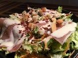 温玉と生ハムのシーザーサラダ