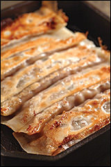 熱々の鉄なべで提供する棒餃子です。