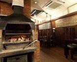 暖炉で優しく暖めた炭火でステーキを焼き上げます。