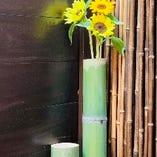 花を一輪の花を飾ったエントランスアプローチ。