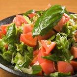 完熟トマトとバジルの洋風サラダ