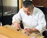 京都の老舗割烹で修業を積んだ店主は、真摯に伝統技を守る。