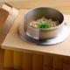 〆のご飯は、木工職人と すだれ職人の合作による釜で炊き上げて