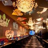 「魔法の鏡のドレスルーム」壁や天井にアリスの絵が描かれていたり、トランプの柄が描いてある、とても不思議なお席よ♪