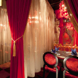 「赤の寝室」は席と席の間に薄いカーテンをしいてあるの。個室タイプのお席だから、静かにお食事したい方にオススメね