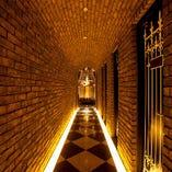 レンガで作られた長い廊下をくぐりぬけると、そこは古城の国!