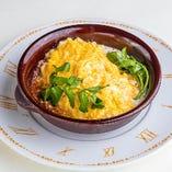 とろとろ卵とチーズのミートオムライス