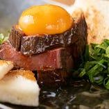 ステーキのように肉厚の黒毛和牛をユッケ仕立てで