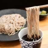 水鳥製麺のお蕎麦を自慢のかき揚げと共に味わえます。