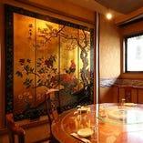 金屏風が豪華な個室通常8名様用/2名様~4名様でのご利用可。