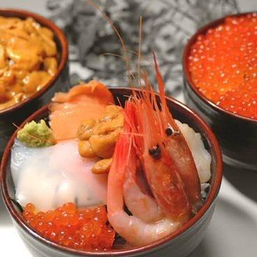 直送の新鮮魚介をたっぷり載せた海鮮丼は絶品です!