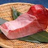 勝浦から仕入れる大トロ。口の中でトロける上質な脂は絶品。