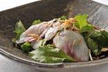 仕入れる魚によって味付けを変えている 香港風カルパッチョ。