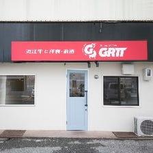 赤い「GRIT」の看板が目印です◎