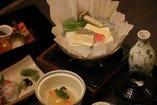 京豆腐に生麩、湯葉を使った自慢の湯豆腐です!