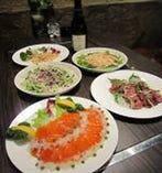 サーモンマリネ・肉のたたきetc 新鮮な魚や肉を取り揃えています