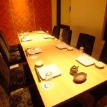 落ち着いた雰囲気の個室。靴を脱がないテーブル席、プライベート利用に!