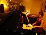 ピアノ演奏は毎晩19時ー22時。曜日ごとに各ピアニストが多彩なジャンルを演奏します★