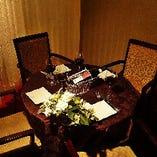 様々な席のタイプがございます。写真は2名様ー4名様用の円卓。