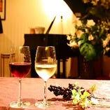 ピアノの調べと共に華やかなディナーを