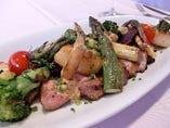 十勝産ホエー豚ロース肉と季節の野菜のオーブン焼き2,600円
