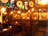 国際的なお客様も多く、 異国文化あふれ、賑う店内。