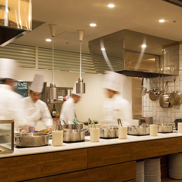 活気溢れる調理場が五感を刺激!