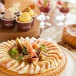 デザートも専用の冷蔵ショーケースに常時10種類以上並びます。