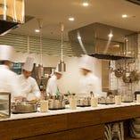 ライブ感溢れるキッチンから次々と出される料理が五感を刺激